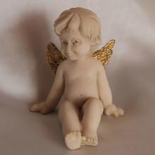 SP 031/C cm 6x7 - Angelo seduto in marmorina con ali decorate a porporina oro