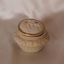 SP 056 diam. cm 7,5 - h: cm 5,5 - Cofanetto Angeli in marmorina con particolari a porporina oro