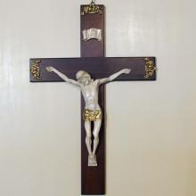 SP 052 cm 31x46,5. Gesù: cm 21,5x25 - Crocifisso in legno con angolari in ottone e Gesù in marmorina con particolari in porporina oro
