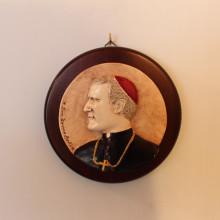 SP 081 diam. cm 17 - Medaglione Don Tonino Bello in marmorina decorato a mano su pannello legno