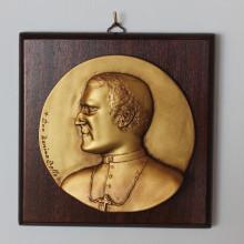 SP 080 cm 17x17 - Medaglione Don Tonino Bello in marmorina finitura ottone bronzato su pannello legno